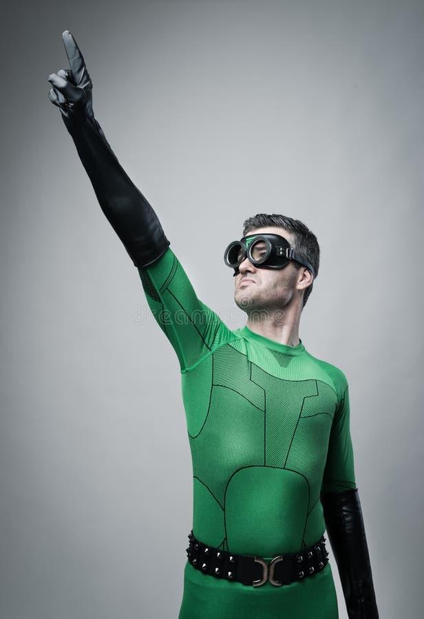 Modig superhero som pekar till himlen royaltyfria foton