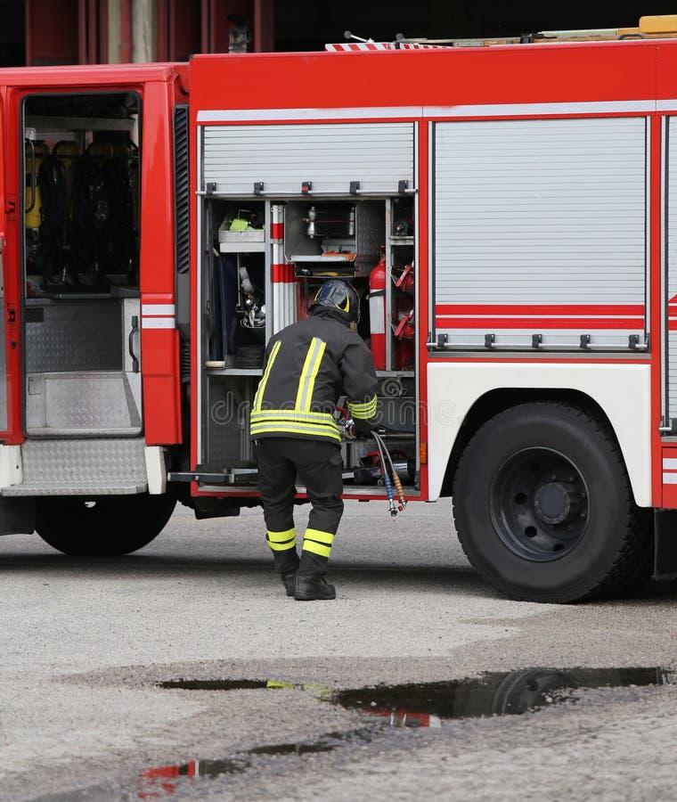 modiga brandmän och deras brandlastbil royaltyfria bilder