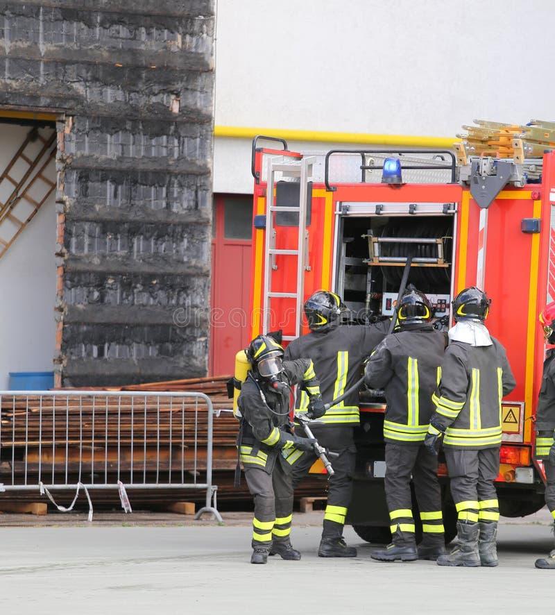 modiga brandmän och deras brandlastbil fotografering för bildbyråer