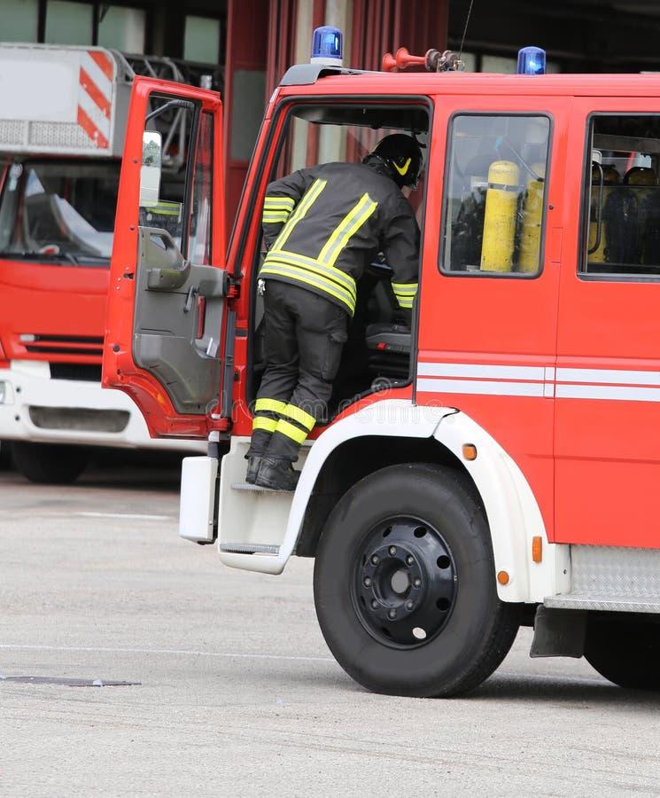 modiga brandmän och deras brandlastbil royaltyfri bild