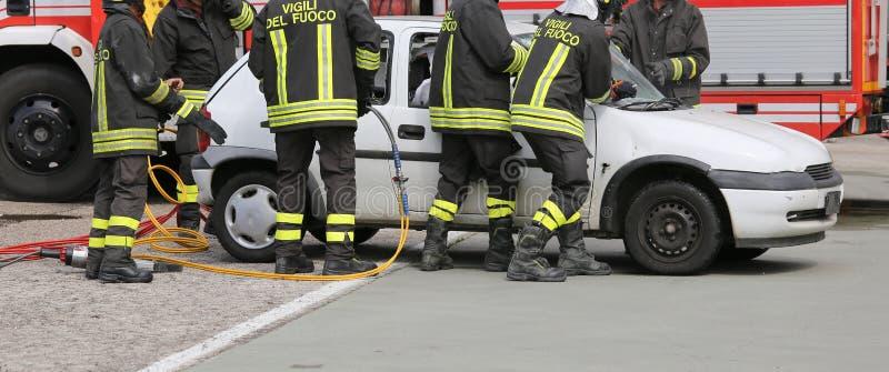 Modiga brandmän under VÄGOLYCKA fotografering för bildbyråer