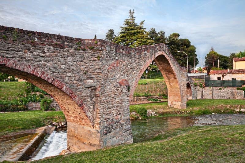 Modigliana, forli-Cesena, Emilia-Romagna, Italië: de oude gebocheldebrug van San Donato stock foto's