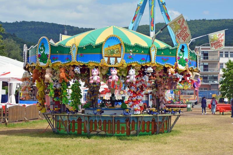Modigt bås med priser på funfairen som delen av 'festivalen av Tysk-amerikan kamratskap i Heidelberg royaltyfri foto