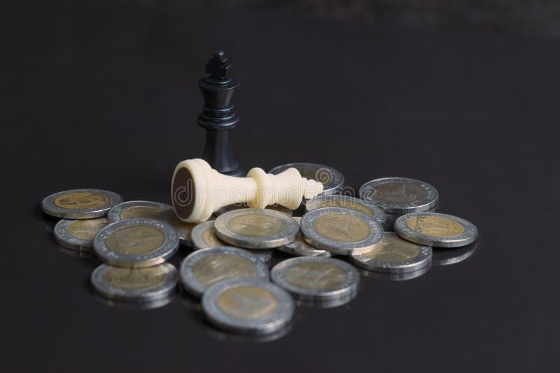 Modigt begrepp för för finanshandelkrig eller pengar, vit förlorare och svart w arkivbild