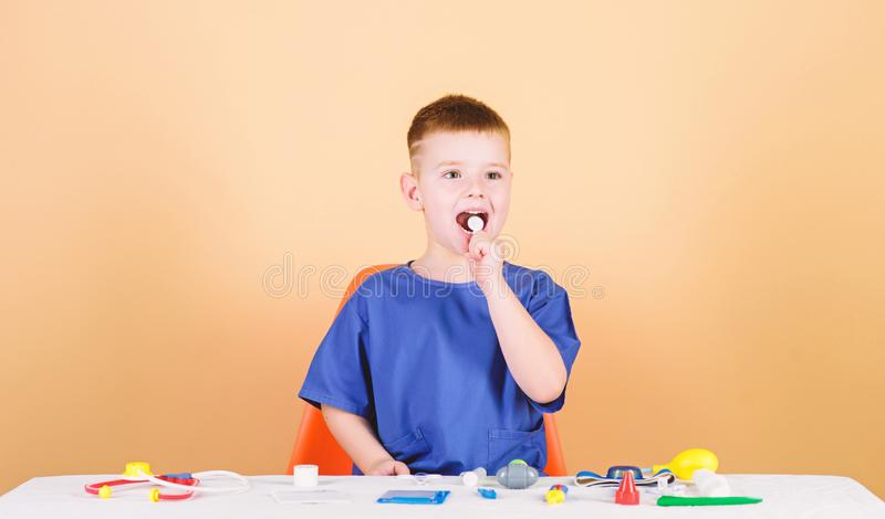 modigt spelrum F?r barnframtid f?r pojke gullig karri?r f?r doktor sund livstid Sitter den lilla doktorn f?r ungen tabellen med s royaltyfri foto