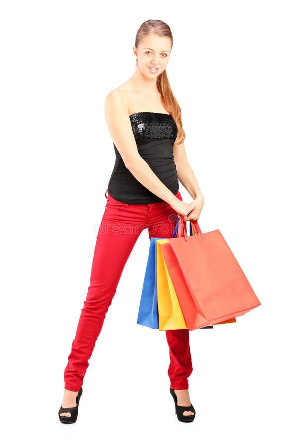 Modische Frau, die Einkaufstaschen hält stockbilder