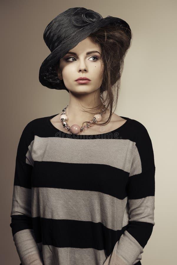 Modische Frau mit schwarzem Hut stockfotos
