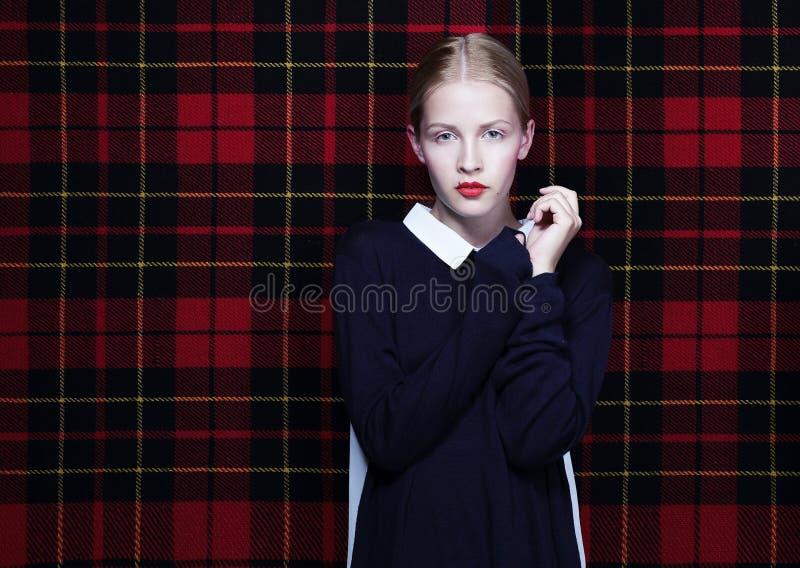 Modische junge Frau über abstraktem Gewebe-Hintergrund stockfotos