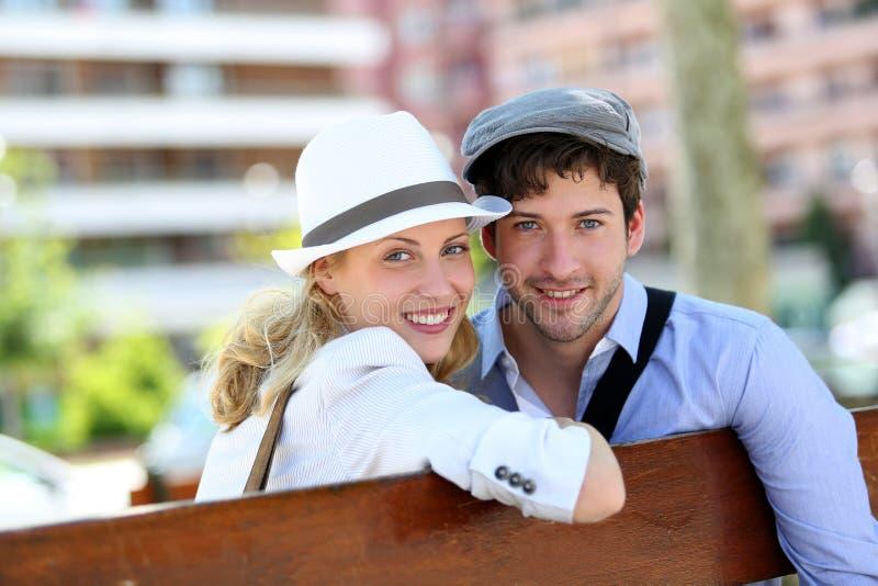 Modische junge Paare in der Stadt lizenzfreies stockfoto