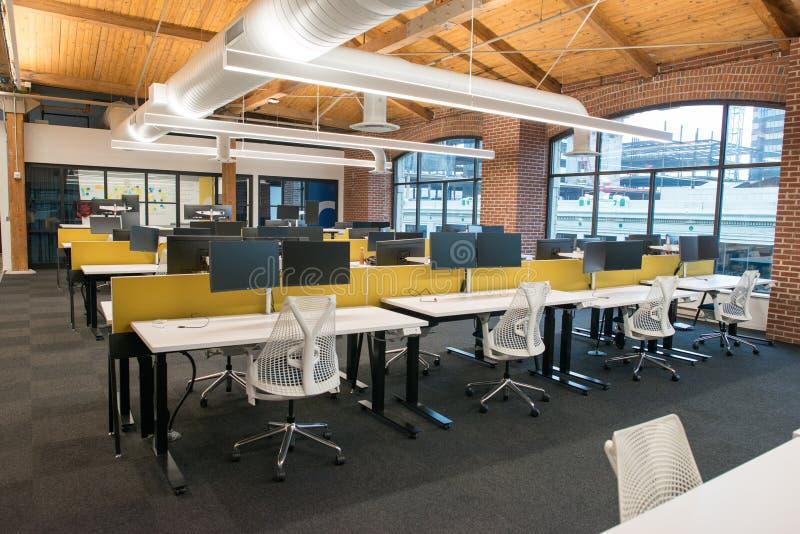 Modische moderne offene Konzeptdachboden-Büroräume mit großen Fenstern, natürlichem Licht und einem Plan, zum von Zusammenarbeit  stockfotos