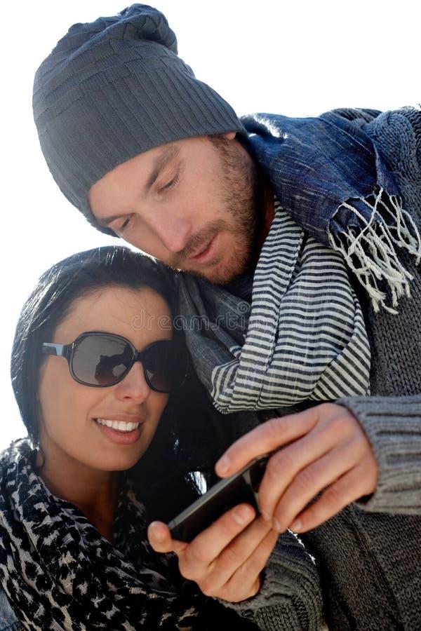 Modische Paare unter Verwendung des Mobiles stockbild