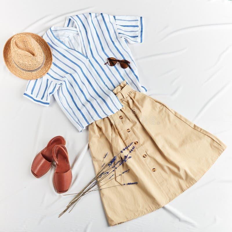 Modische Sommerkleidung für Reise stockfotografie