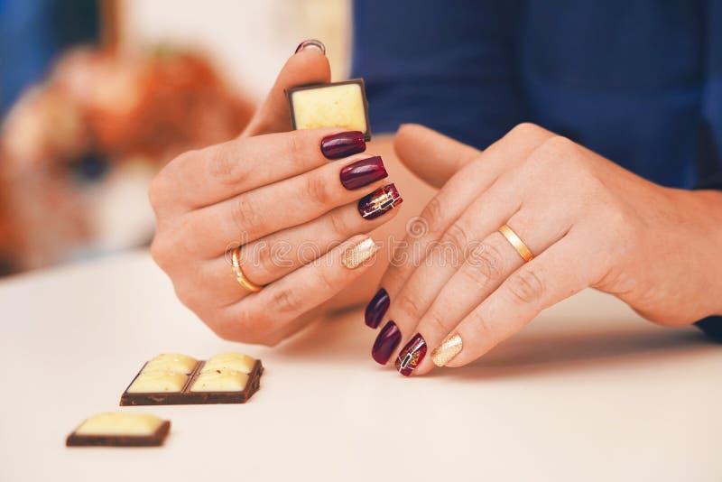 Modische und schöne Maniküre auf weiblichen Händen stockfotos