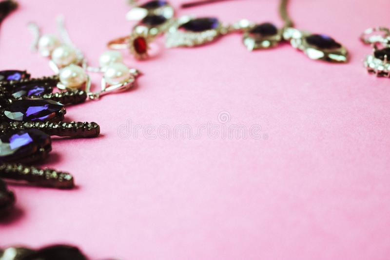 Modischer bezaubernder Schmucksatz des schönen kostbaren glänzenden Schmucks, Halskette, Ohrringe, Ringe, Ketten, Broschen mit Pe stockfotografie