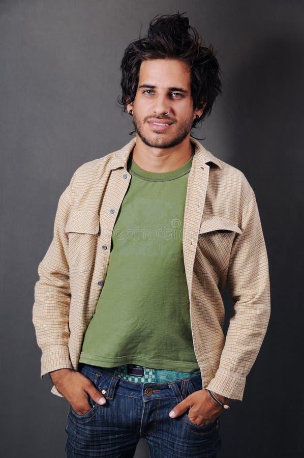 Modischer hispanischer Mann stockfotos