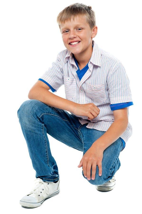 Modischer junger Junge, der in den casuals aufwirft stockfotos