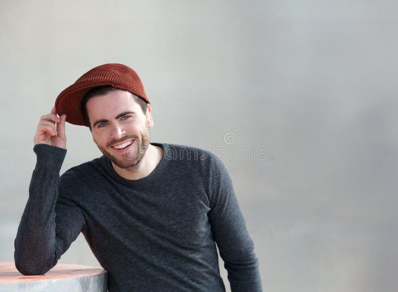 Modischer junger Mann, der draußen lächelt lizenzfreies stockbild