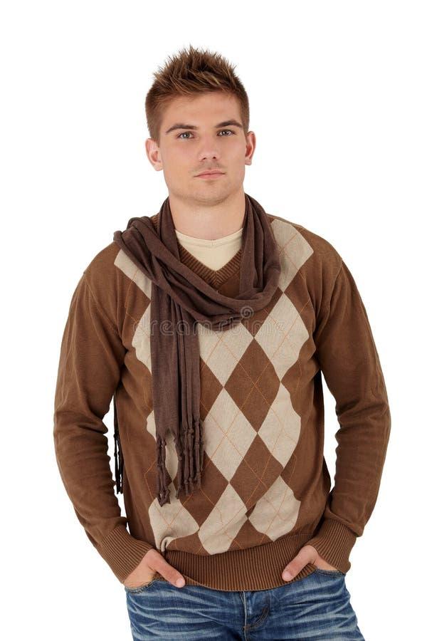 Modischer junger Mann, der im Schal aufwirft lizenzfreie stockfotos