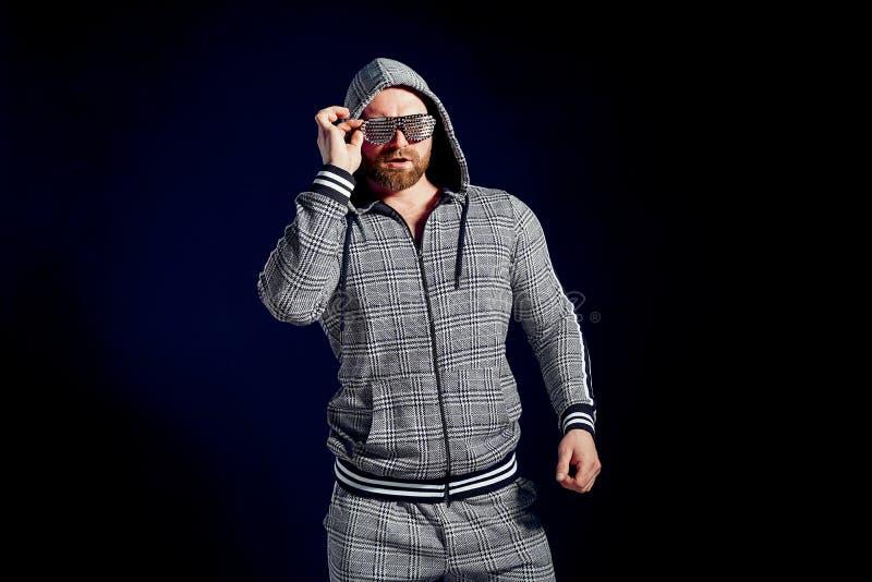 Modischer Mann in der stilvoller Sportklage und -Sonnenbrille lizenzfreies stockfoto