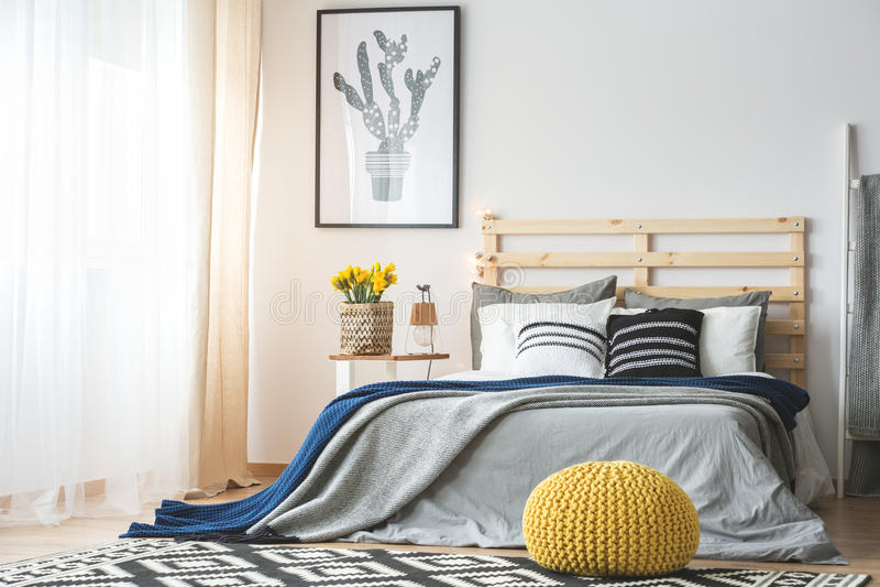 Modischer Schlafzimmerinnenraum stockbild