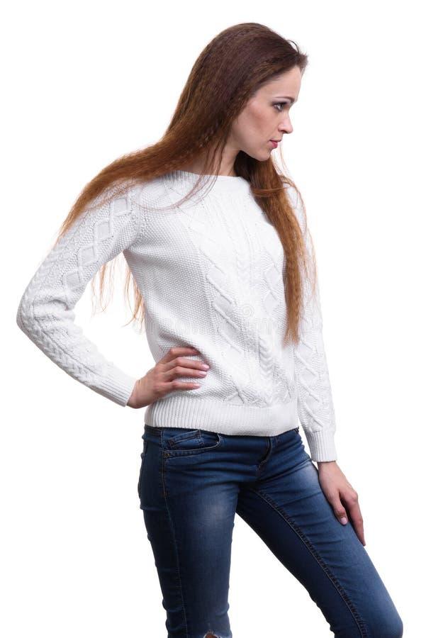 Modischer tragender weißer Pullover der jungen Frau lizenzfreies stockfoto