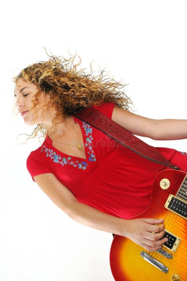 Modischer weiblicher Gitarrist lizenzfreie stockbilder