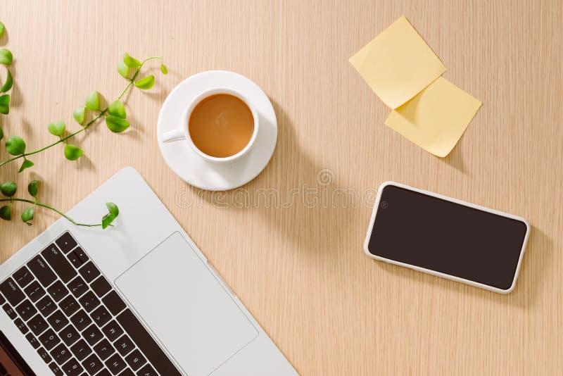 Modischer weiblicher Innenministeriumarbeitsplatz Weißer Büroschreibtisch Laptop, Kaffeetasse und Telefon, Notizbuch, Bleistift F lizenzfreies stockbild