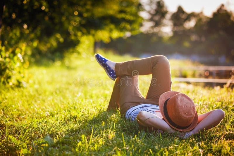 Modisches entspannendes Hippie-Mädchen stockbilder