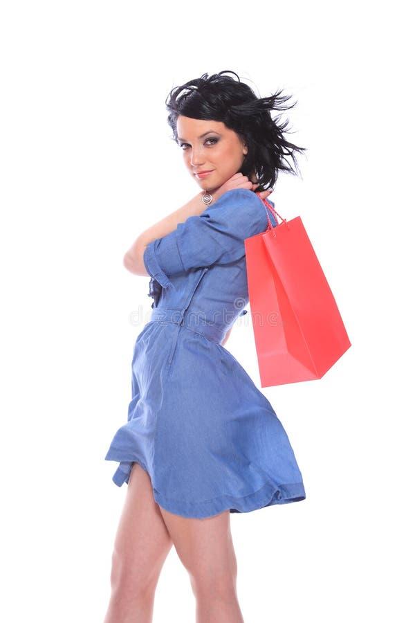 Modisches junges Mädchen mit einer Einkaufstasche lizenzfreie stockfotografie