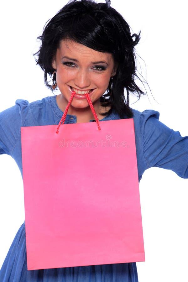 Modisches junges Mädchen mit einer Einkaufstasche lizenzfreie stockfotos