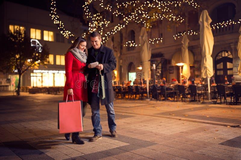 Modisches Paar geht mit Einkaufstasche im Stadtzentrum stockfoto