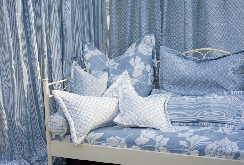 Modisches Schlafzimmer lizenzfreie stockfotografie