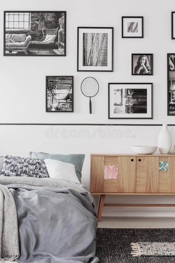 Modisches Schlafzimmer mit bequemem Königgrößenbett im modernen flachen, wirklichen Foto lizenzfreie stockbilder