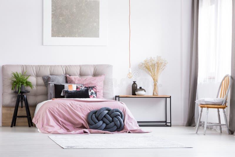 Modisches Schlafzimmer mit orange Stuhl lizenzfreies stockbild