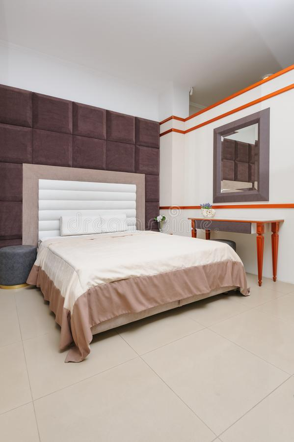 Modisches unbedeutendes Schlafzimmer lizenzfreies stockbild