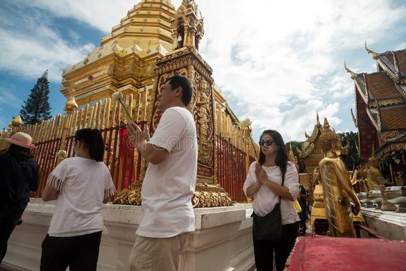 Modlący się szacunek i Płacący przy Doi Suthep świątynią zdjęcie royalty free