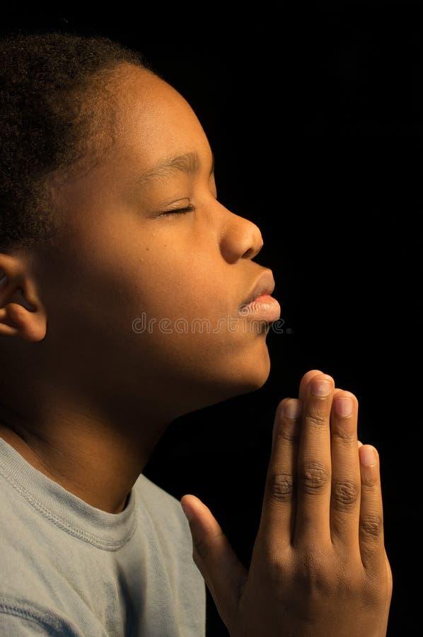 Modlenie afrykanina Americn chłopiec obraz stock
