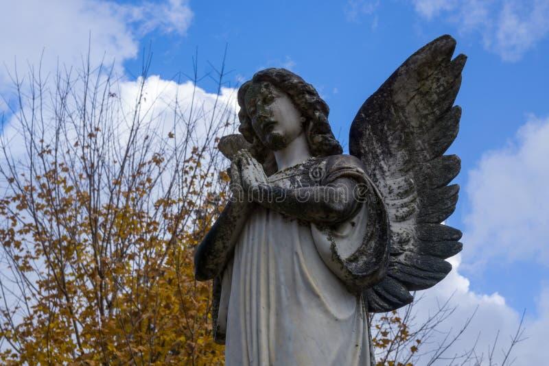 Modlenie anioła statua i spadku ulistnienie obrazy stock