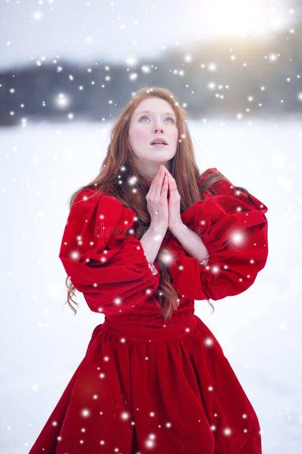 Modlenie kobieta w zimie fotografia royalty free