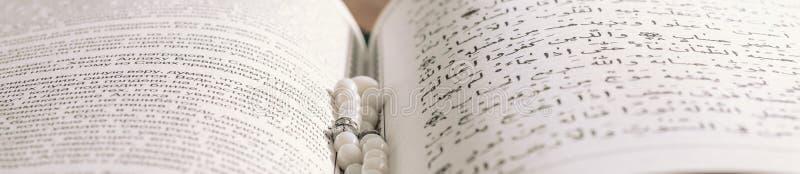 Modlenie koraliki i święty Koran zdjęcie royalty free