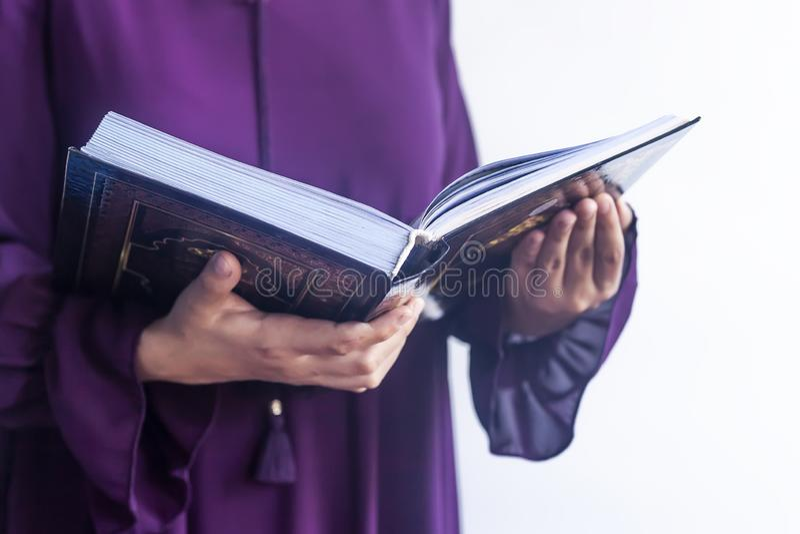 Modlenie m?oda muzu?ma?ska kobieta Bliskowschodni dziewczyny modlenie, czytanie i ?wi?ty koran Muzu?ma?ska kobieta studiuje koran zdjęcia royalty free