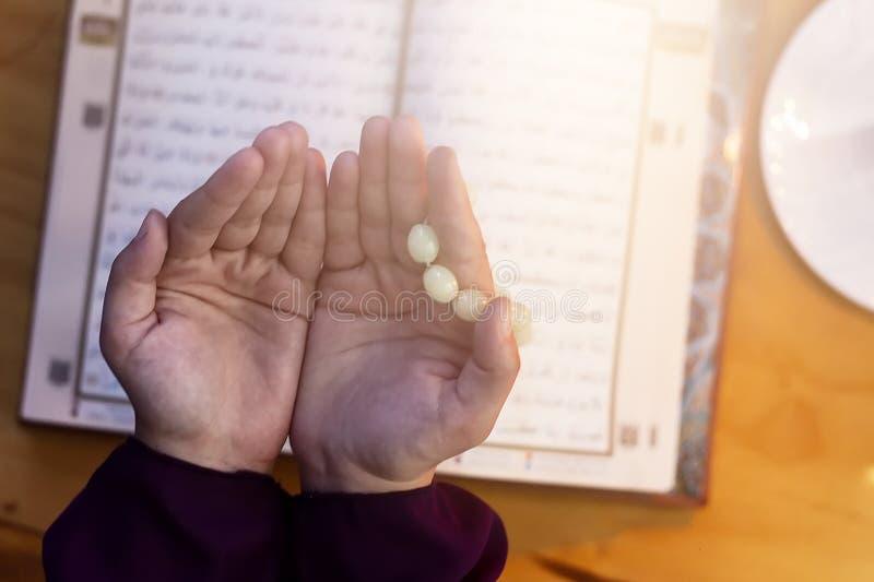 Modlenie m?oda muzu?ma?ska kobieta Bliskowschodni dziewczyny modlenie, czytanie i ?wi?ty koran Muzu?ma?ska kobieta studiuje koran zdjęcie royalty free