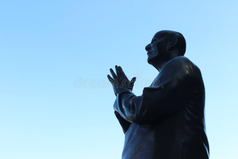 Modlenie metalu niebieskie niebo i statua zdjęcie royalty free