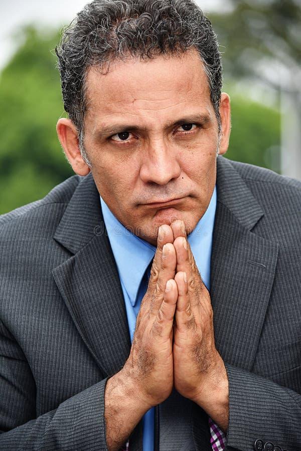 Modlić się Kolumbijskiego Biznesowego mężczyzna obrazy stock