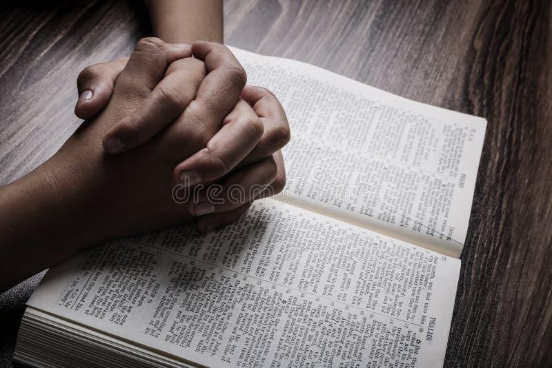 Modlić się ręki Z Świętą biblią obraz stock