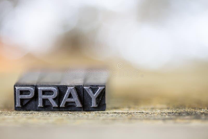 Modli się pojęcie rocznika metalu Letterpress słowo zdjęcia stock