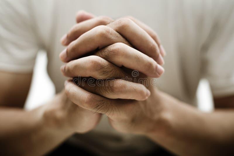 Modli? si? r?ki zbli?enia strza? zdjęcie stock