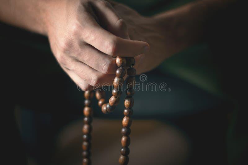 Modlitewni koraliki dla medytacji w mężczyzna rękach Pokój, świadomość i mindfulness, obraz stock