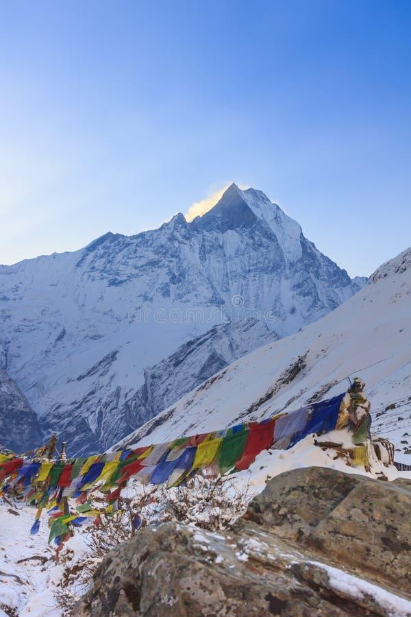 Modlitw flaga i Annapurna śnieżna góra himalaje, Nepal obrazy royalty free