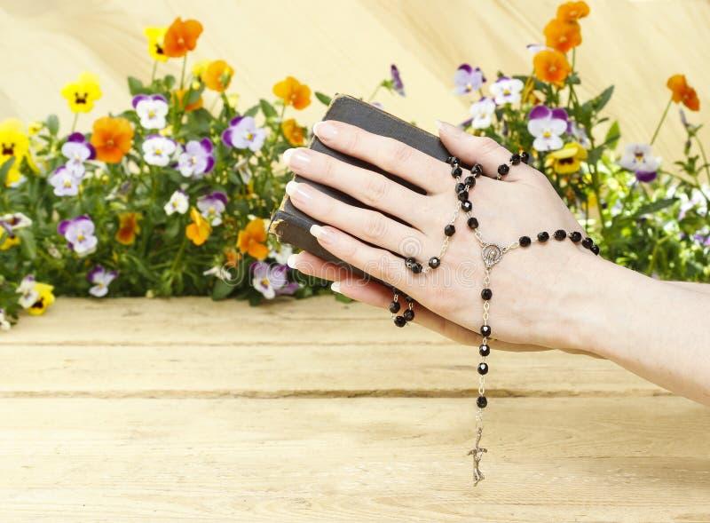 Modlitwa nad starą Świętą biblią zdjęcie royalty free